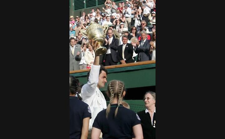 federer alza il trofeo di wimbledon sotto gli occhi di borg