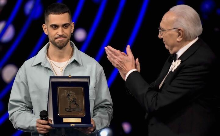 sanremo giovani 2018 consegna il premio della critica a mahmood