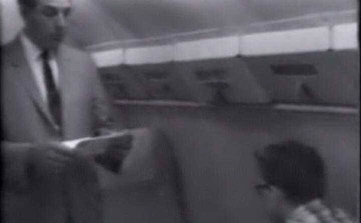 il killer in aereo mentre lo sceriffo gli legge i suoi diritti