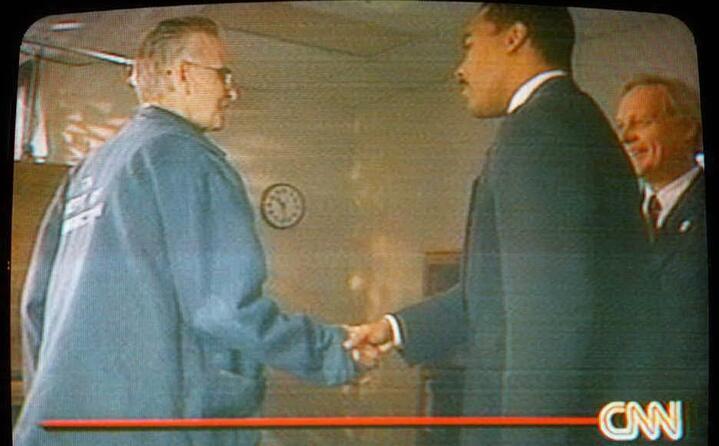 qui stringe la mano al figlio di martin luther king a cui dice di essere innocente (tutte le foto sono ansa)
