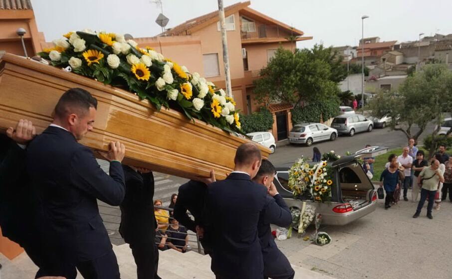 un immagine dei funerali (foto stefano anedda)