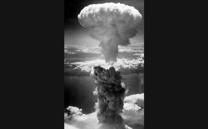 il fungo della bomba atomica sganciata a nagasaki
