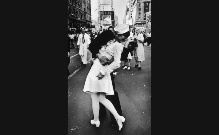 l immagine simbolo della fine della guerra un marinaio bacia una crocerossina e times square