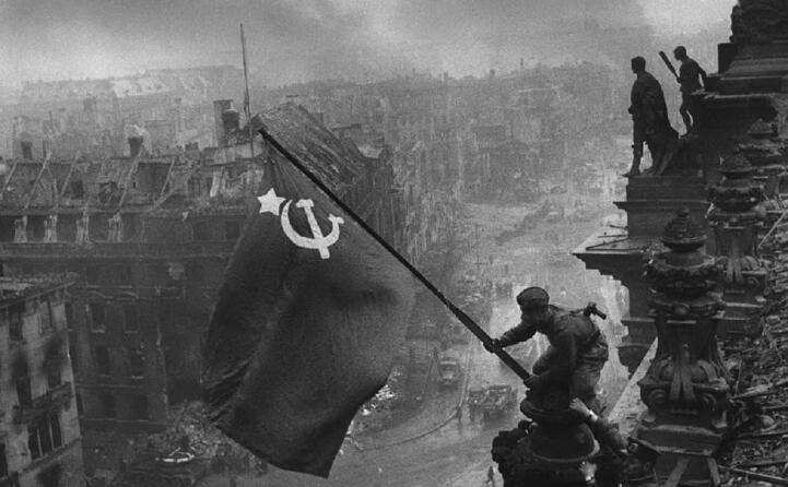 la bandiera rossa sventola a berlino