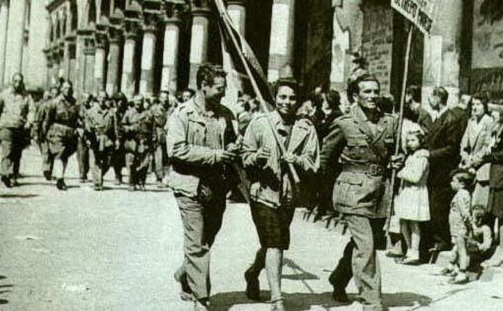 partigiani sfilano a milano dopo la liberazione