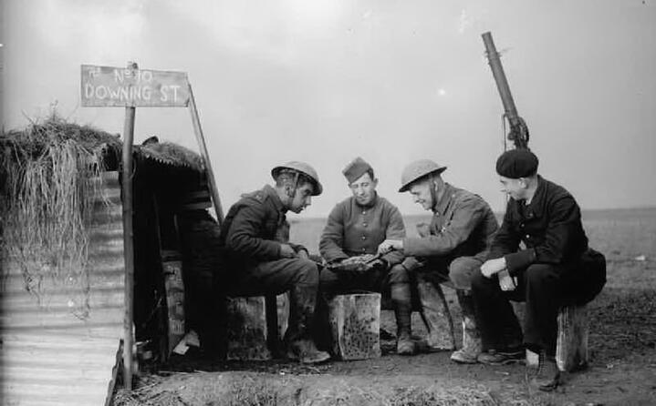 soldati giocano a carte