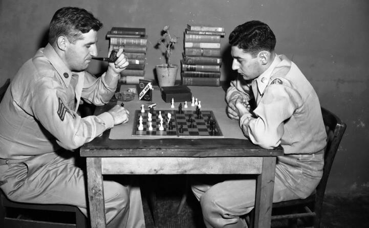 soldati giocano a scacchi