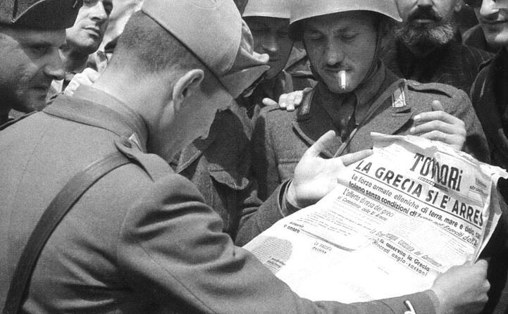 soldati italiani leggono il giornale