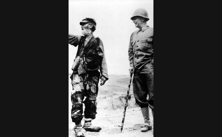 un soldato con un contadino siciliano