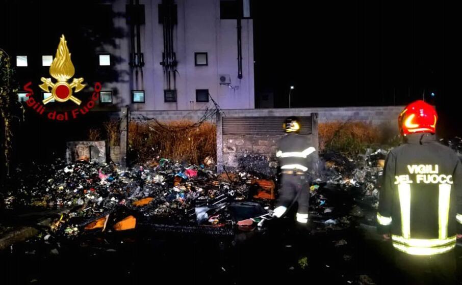 le operazioni di spegnimento (foto vigili del fuoco)
