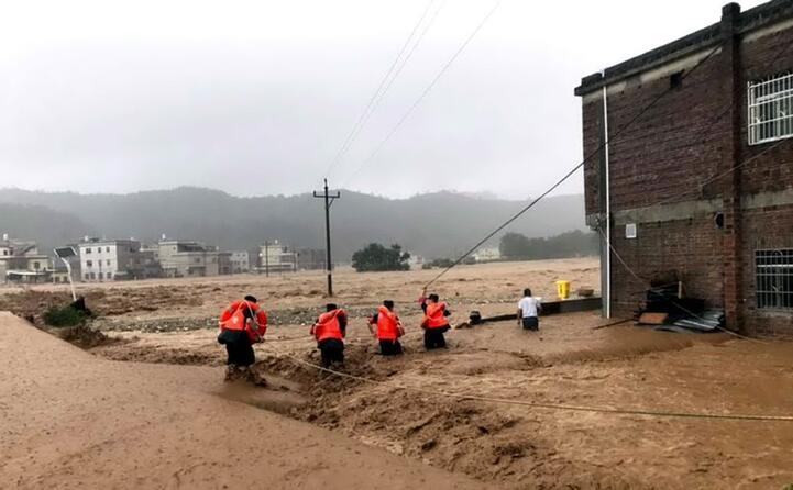 persone in trappola tra acqua e fango