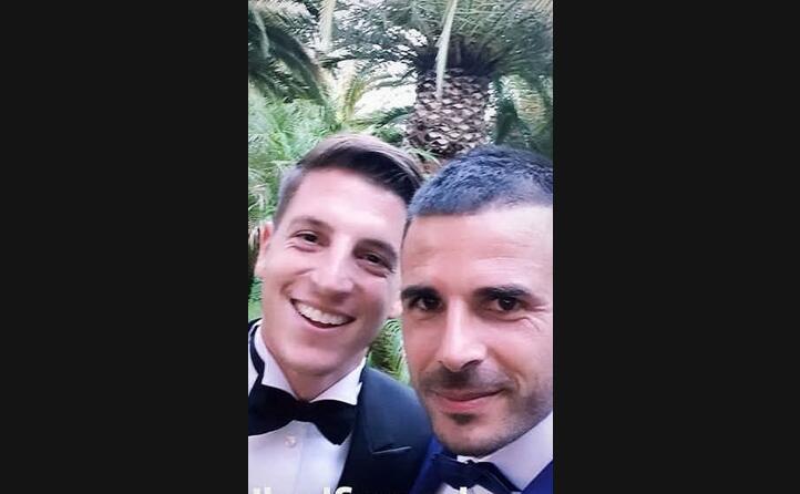 il selfie di aresti con lo sposo (instagram)