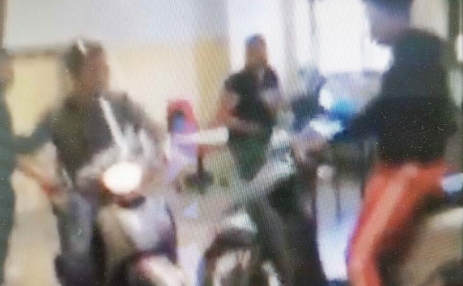 un fermo immagine del video (foto polizia)