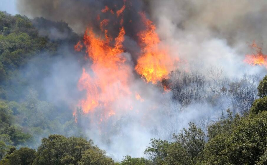 un incendio (archivio l unione sarda)