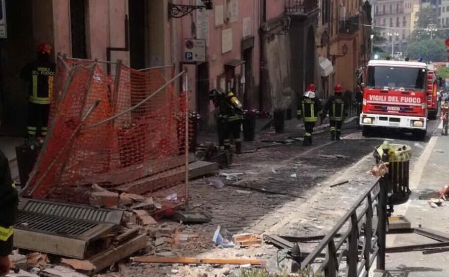 l intervento dei vigili del fuoco dopo l esplosione (ansa)