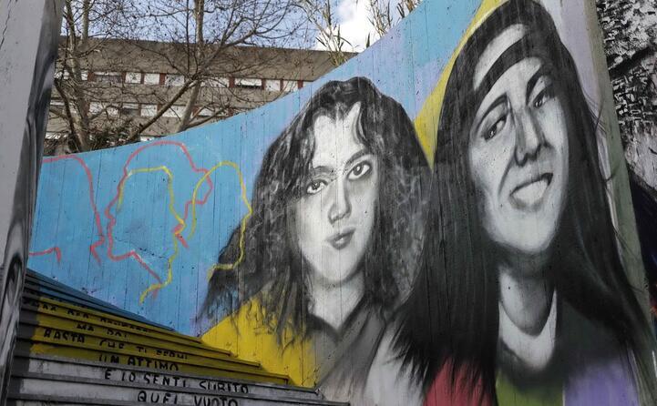 un murale dedicato a emanuela e mirella (ansa)