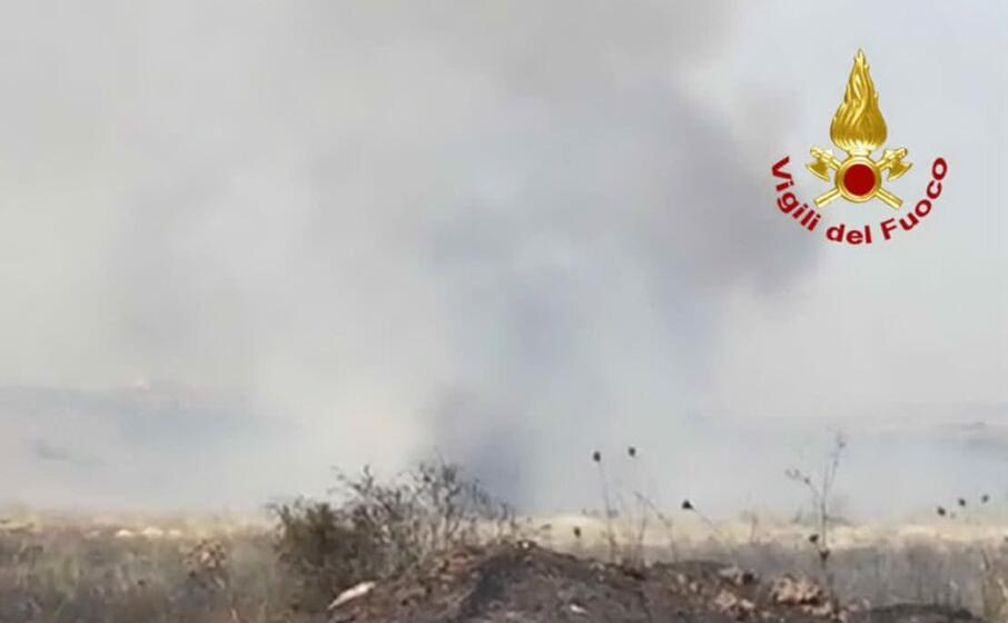 i terreni bruciano durante l incendio