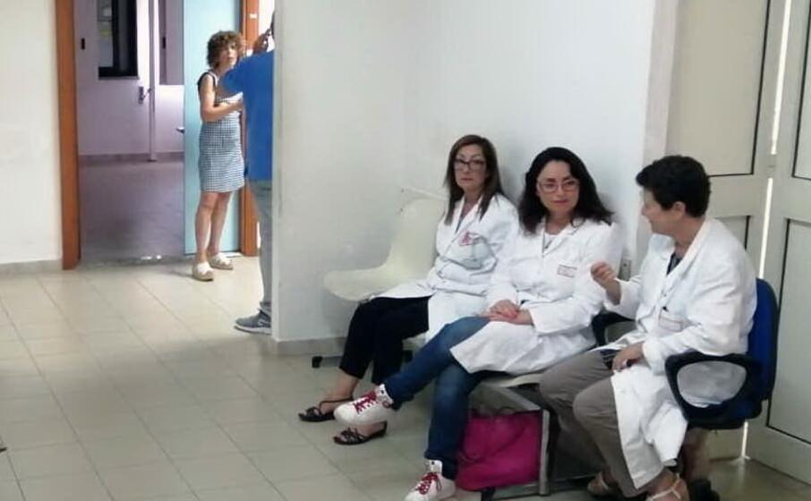 dipendenti e specialisti ancora in agitazione nel poliambulatorio di ales (foto antonio pintori)