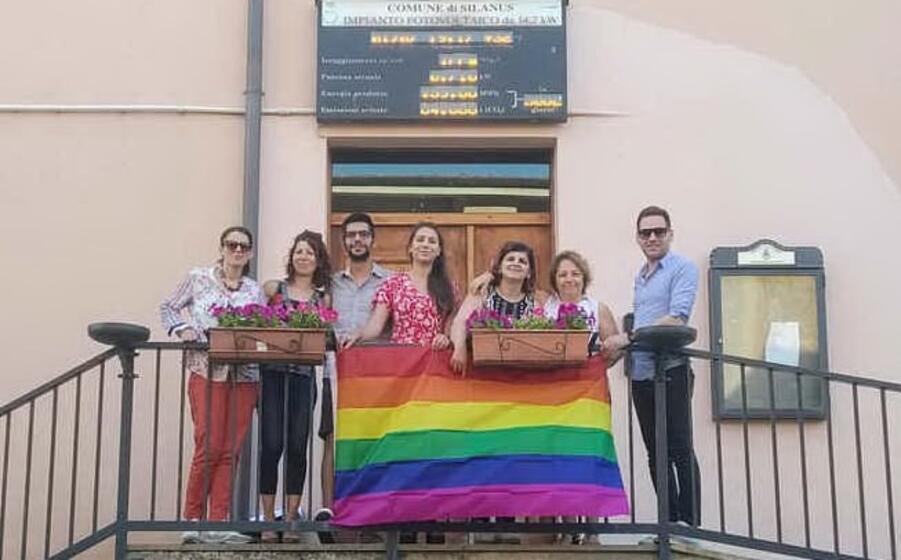 la bandiera in municipio (foto l unione sarda nachira)