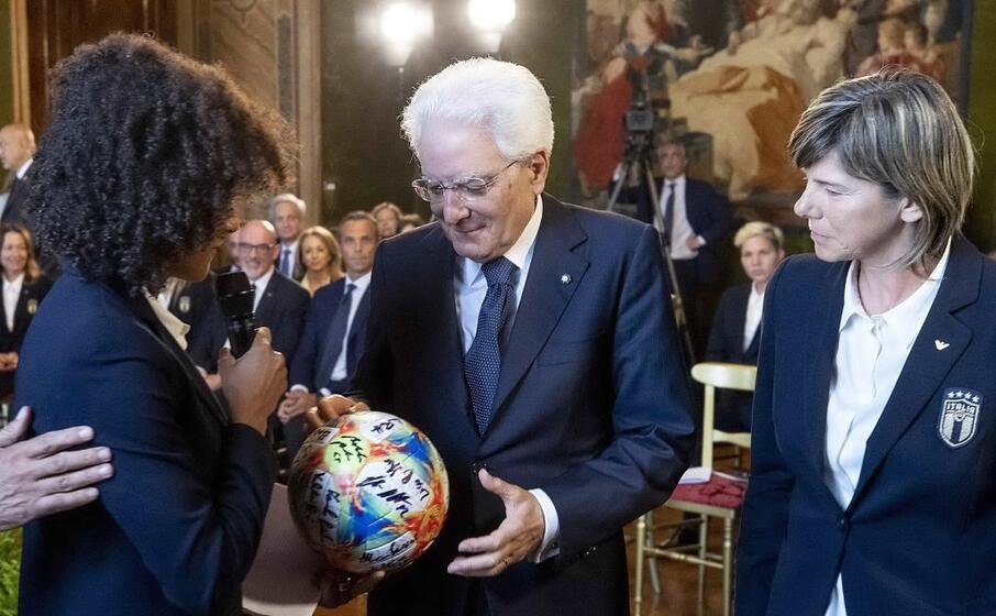 mattarella ha ricevuto come omaggio un pallone e una maglia della nazionale