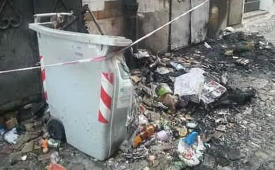il cassonetto bruciato (foto l unione sarda tellini)