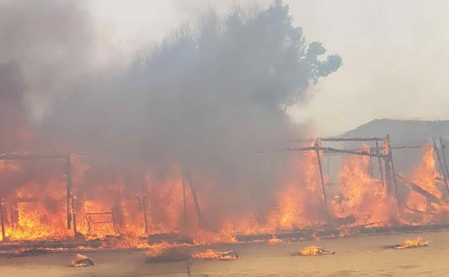l incendio che sta interessando il litorale della plaia (ansa)