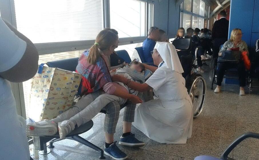 le persone in attesa all aeroporto (foto f p )
