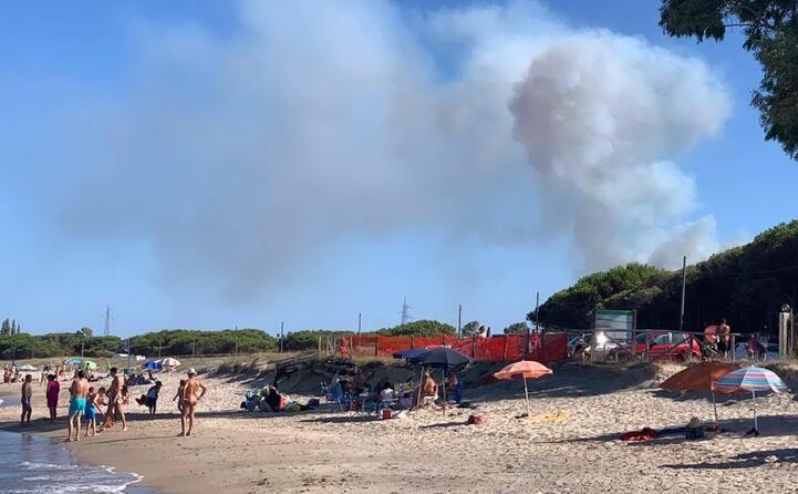 fuoco a ridosso della spiaggia manna a santa maria navarrese vicino a baunei (foto inviata dalla lettrice monica sulas)