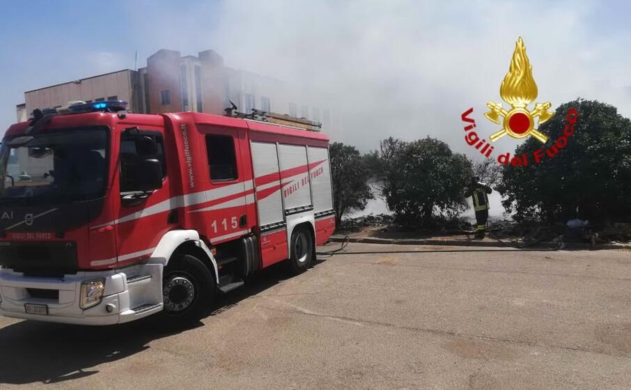 i vigilil del fuoco in azione a pirri