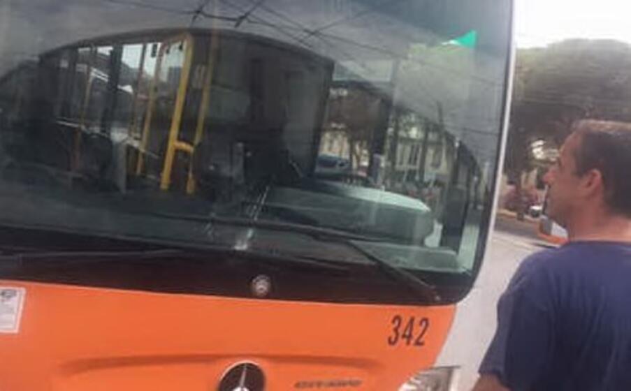 il bus danneggiato (foto l unione sarda)