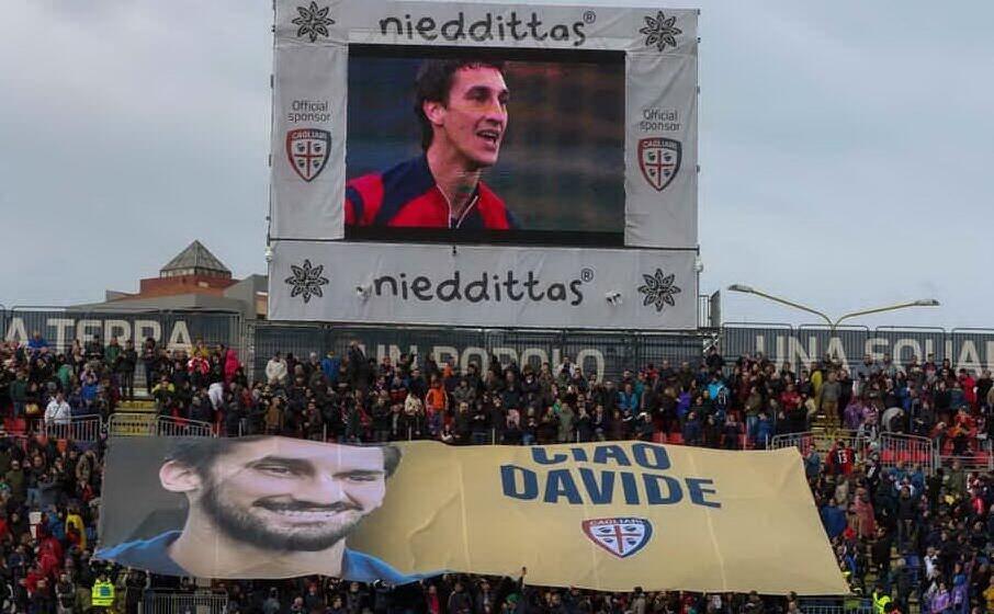 il tributo dei tifosi rossobl ad astori (ansa)