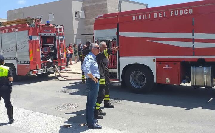 le squadre anti incendio a fertilia alghero (foto ufficio stampa del comune)