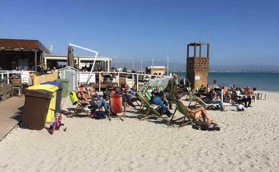 relax in spiaggia al poetto (archivio l unione sarda)