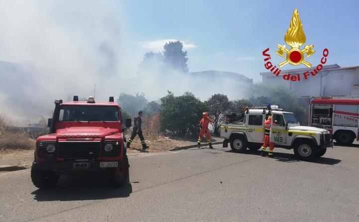 squadre anti incendio in azione a pirri