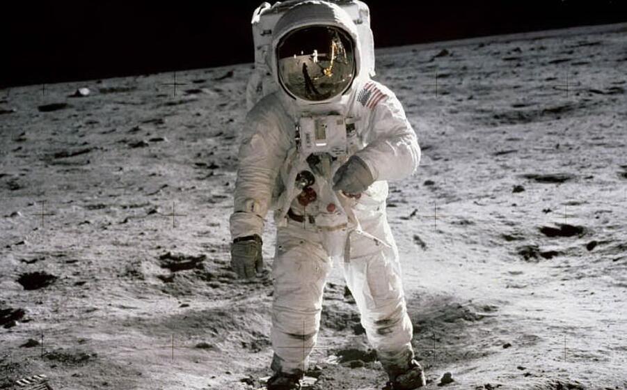 edwin buzz aldrin a passeggio sulla luna nella storica missione apollo 11 (ansa)