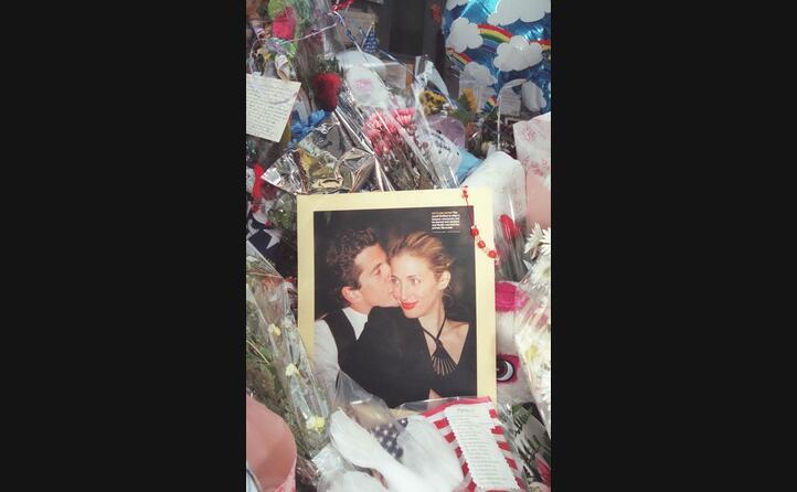 i fiori e una foto di lui con la moglie di fronte all abitazione dei due