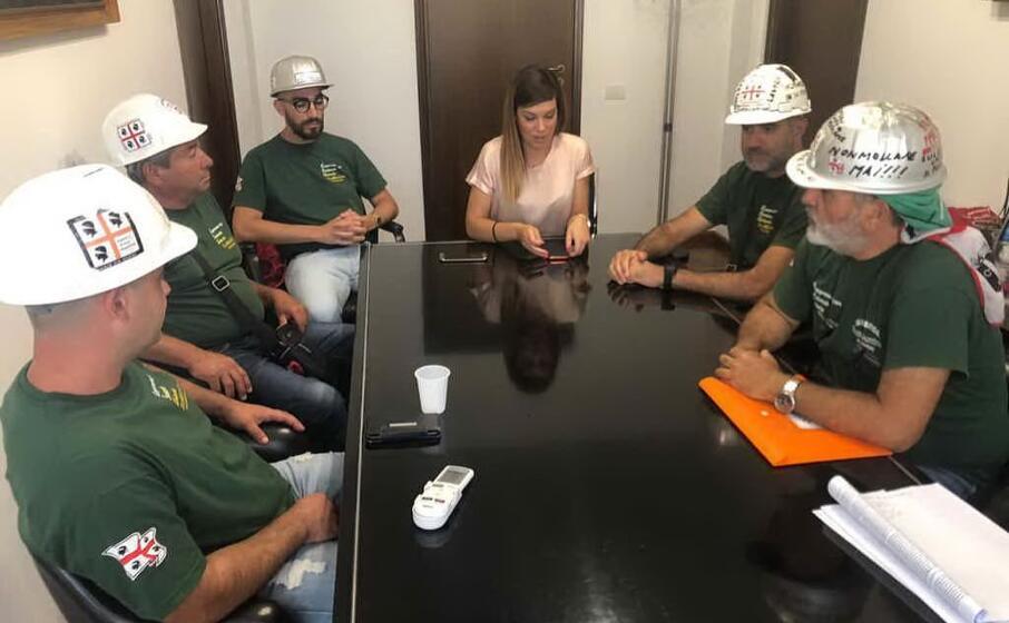 l assessore all industria anita pili incontra la rsu eurallumina (foto antonella pani)