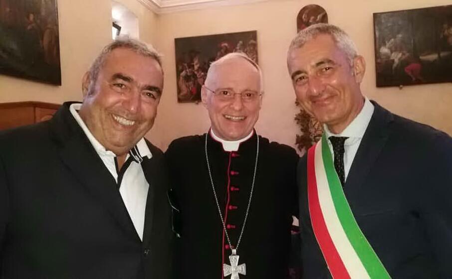 il sindaco mario conoci con il vescovo mauro morfino e il presidente del consiglio lelle salvatore (foto l unione sarda fiori)
