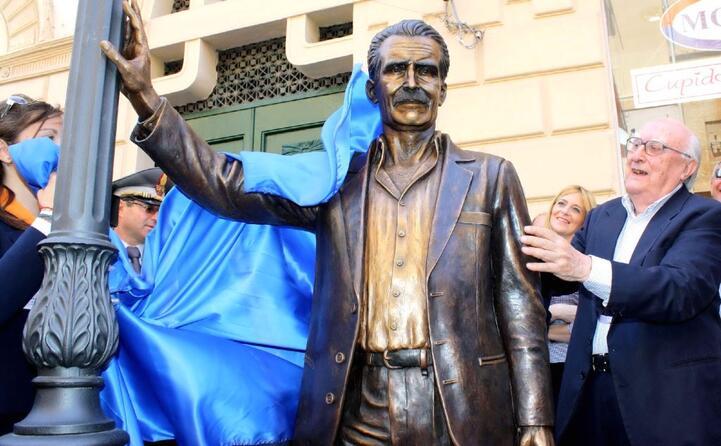 l inaugurazione a porto empedocle della statua dedicata al commissario montalbano