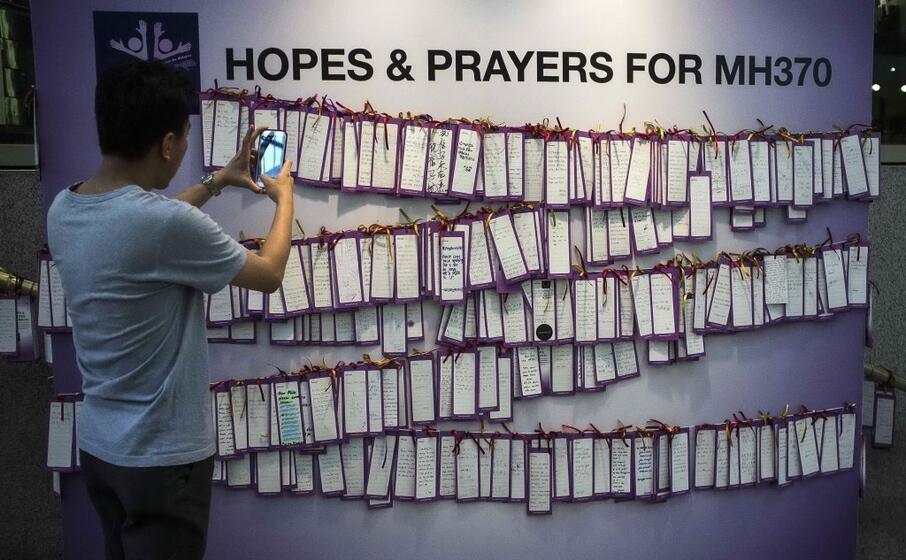 sul muro appese le preghiere per i passeggeri del volo