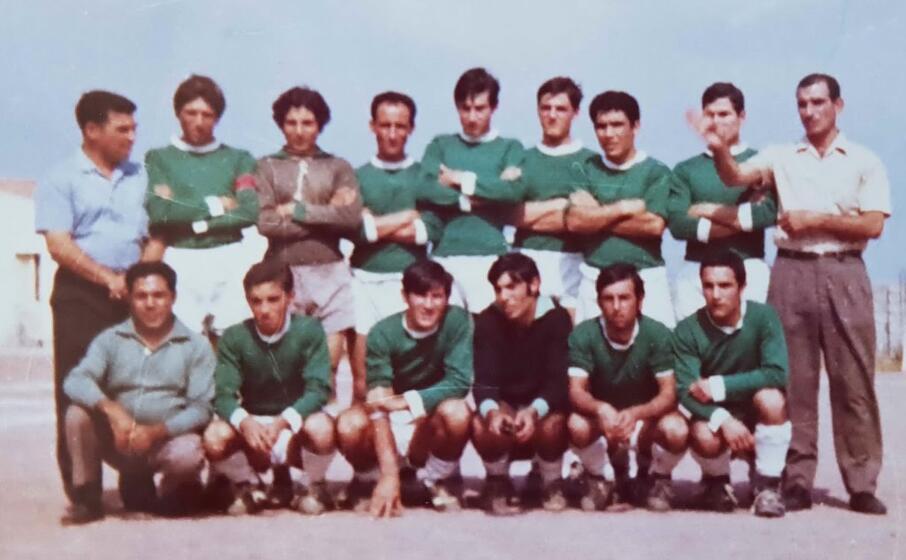 angelino cabriolu (il primo in alto a sinistra) con una delle sue squadre (foto l unione sarda garau)