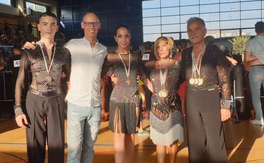 i campioni italiani sergio campidano e annarella cadau (over 60) insieme al maestro ortu (foto l unione sarda farris)
