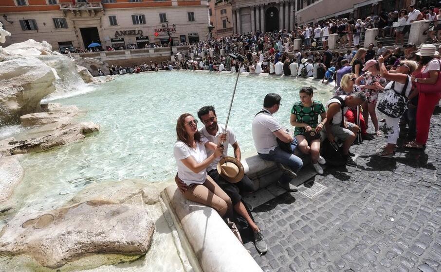 la fontana di trevi uno dei luoghi pi visitati dai turisti di tutto il mondo (ansa)