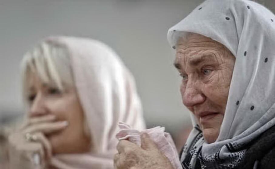 i familiari piangono le vittime del genocidio (ansa)