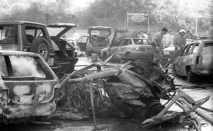 le auto distrutte dalla tremenda esplosione