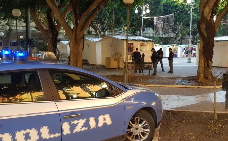 polizia in piazza del carmine a cagliari (archivio l unione sarda)