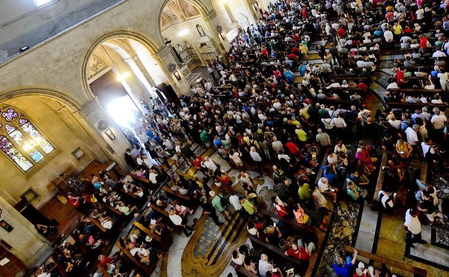 in migliaia hanno omaggiato lo scrittore nella chiesa di santa chiara