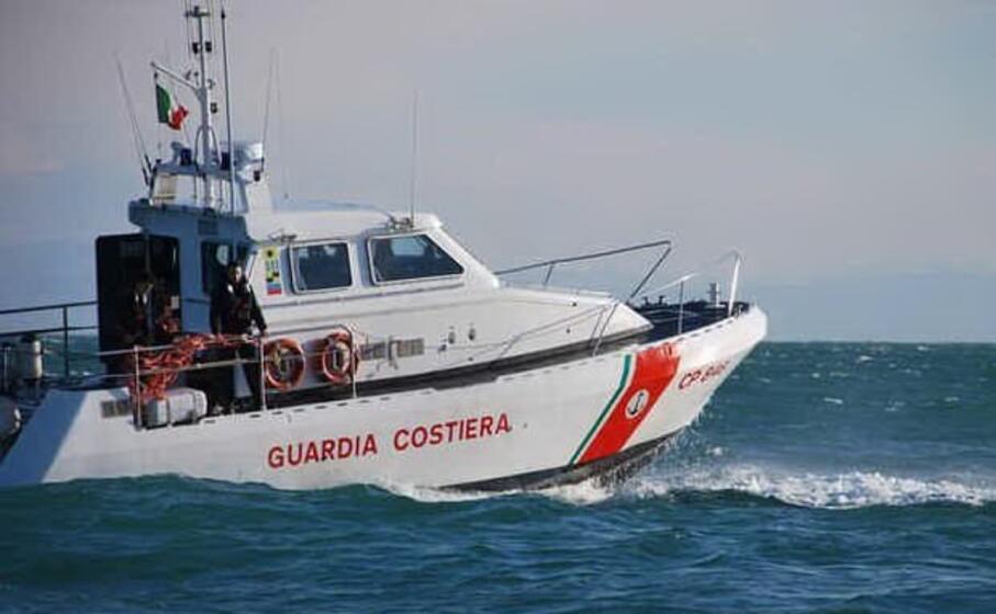 l intervento della guardia costiera (ansa)