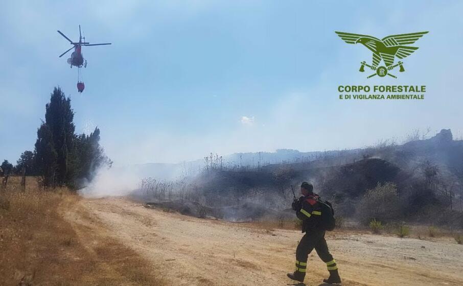 le operazioni di spegnimento di uno degli incendi (corpo forestale)