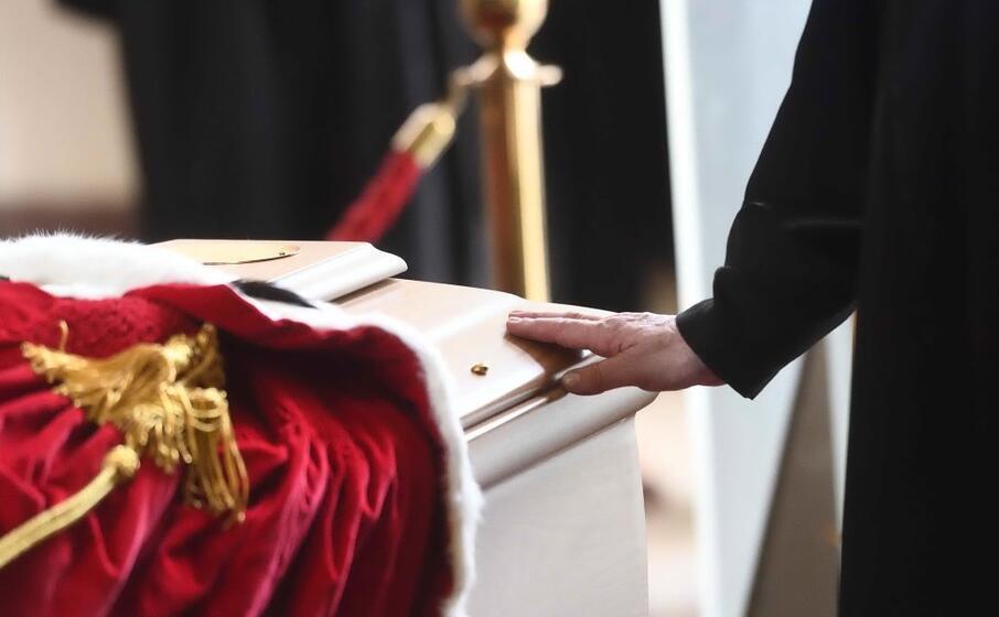 in tanti hanno voluto rendere l ultimo saluto all ex procuratore di milano